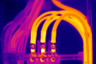 тепловизор визуализирует распределение температур на силовых кабелях